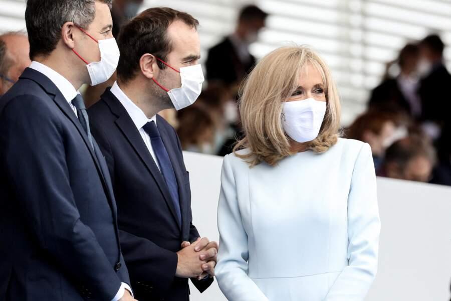 Brigitte Macron en robe et masque de protection blanc assortis le 14 juillet 2021