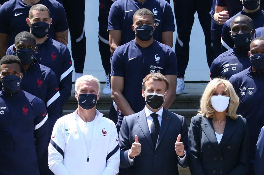 Brigitte Macron choisit cette fois d'assortir son masque à son t-shirt d'un blanc immaculé le 10 juin 2021 avec l'Equipe de France.