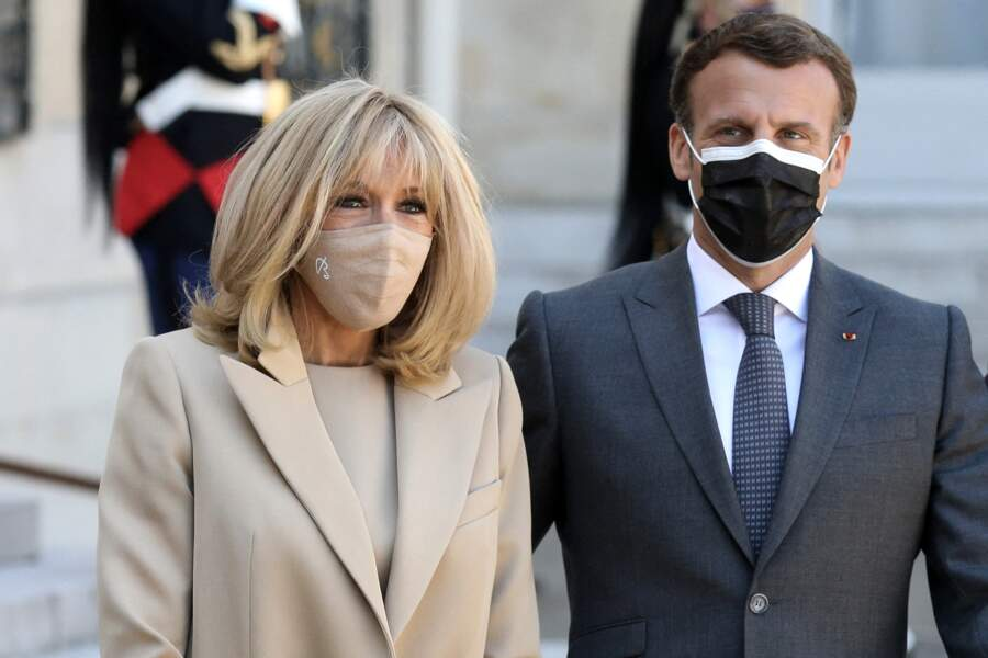 Brigitte Macron porte un masque de la marque Bettimask dont l'initiale B. est bien visible sur certains modèles.