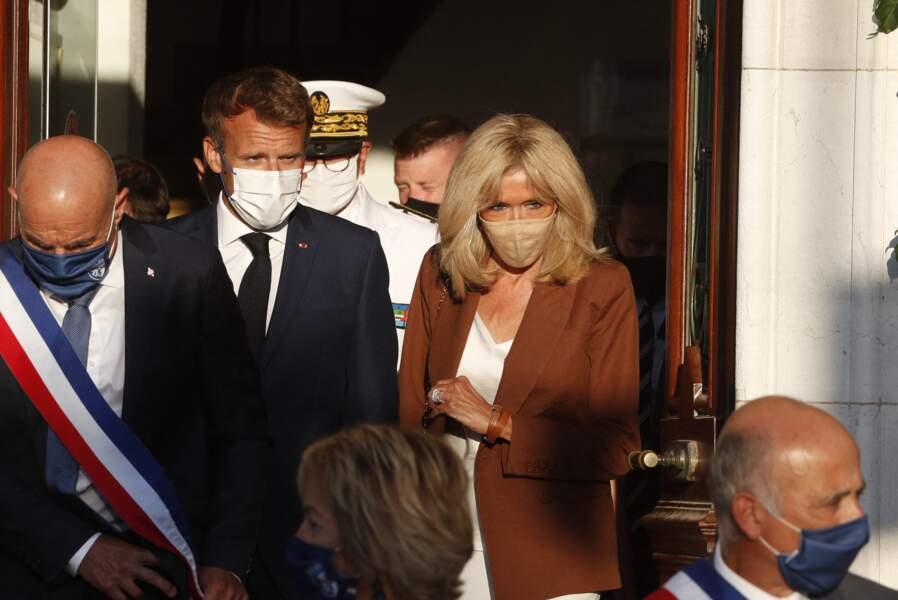 Brigitte Macron stylée avec un masque assorti à sa tenue lors de la cérémonie du 77ème anniversaire de la libération de la ville de Bormes-les-Mimosas, France, le 17 août 2021.