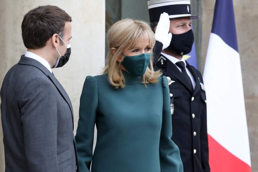 Brigitte Macron en robe et masque verts au palais de l'Elysée à Paris, France, le 12 mai 2021.