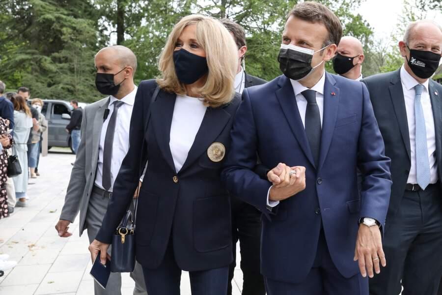 Brigitte Macron assortit son masque de protection à sa veste pour le premier tour des élections le 20 juin 2021.