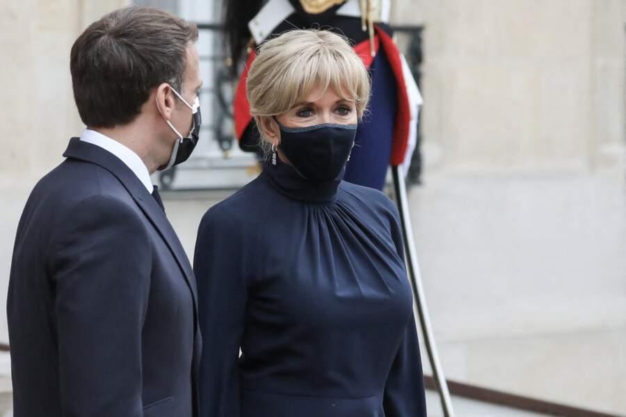 Brigitte Macron porte une fois de plus un masque Bettimask avec un liseré au niveau du nez.