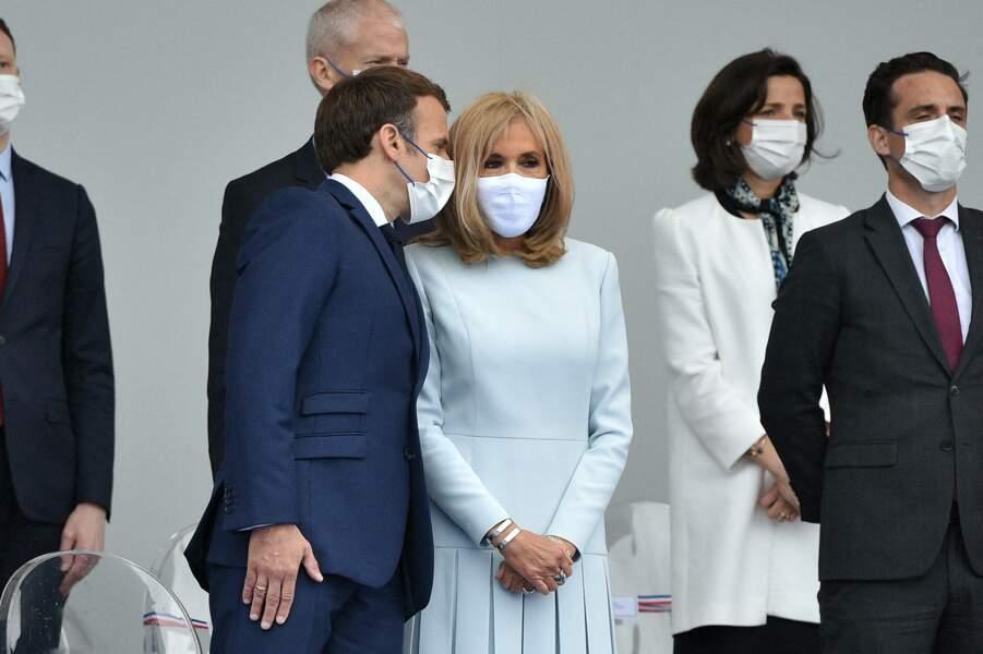 Brigitte Macron porte des masques de la marque Bettimask donc l'initiale B. n'apparaît pas toujours de façon voyante.