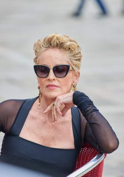 Sharon Stone toujours aussi chic avec ses cheveux blonds, courts et d'un blond méché