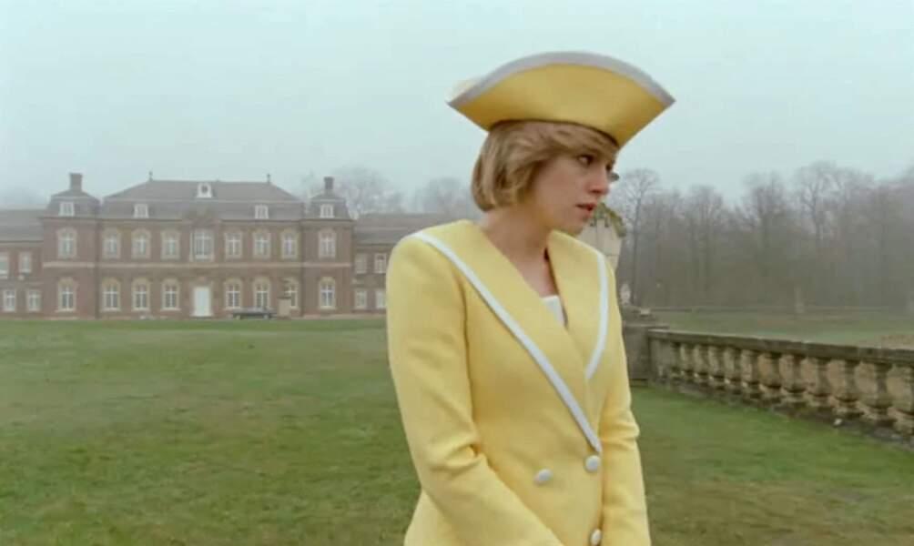 Kristen Stewart joue Lady Diana et porte cet ensemble qui ressemble beaucoup à celui de la princesse, seule la couleur change.