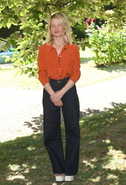 Mélanie Thierry a opté pour un pantalon noire et une blouse fluide de couleur orange.