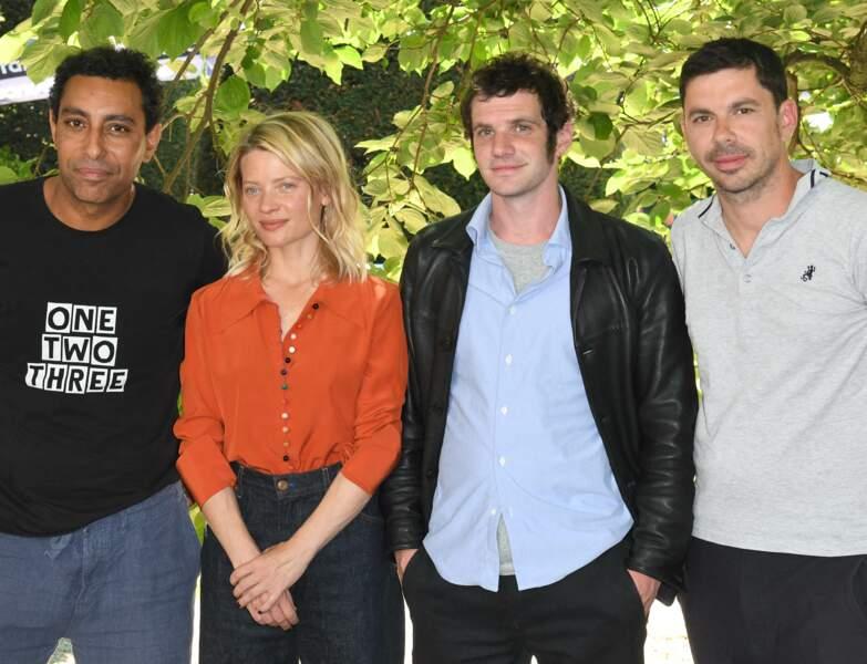 """Mélanie Thierry entourée des acteurs du film """"Une vraie famille"""" du réalisateur Fabien Gorgeart."""