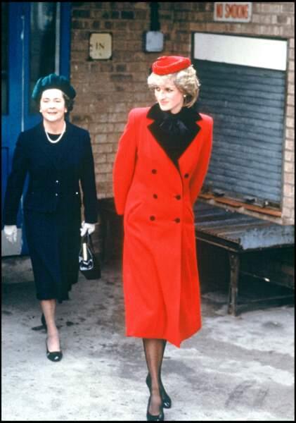 La princesse Diana en 1991 avec son manteau rouge et noir