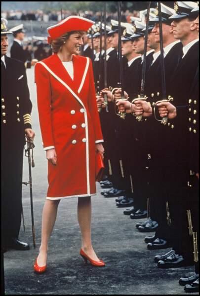La princesse Diana en 1990 avec cette tenue en rouge.