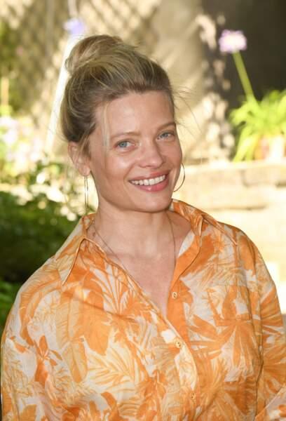Radieuse, Mélanie Thierry était habillée d'un combishort orange et blanc.