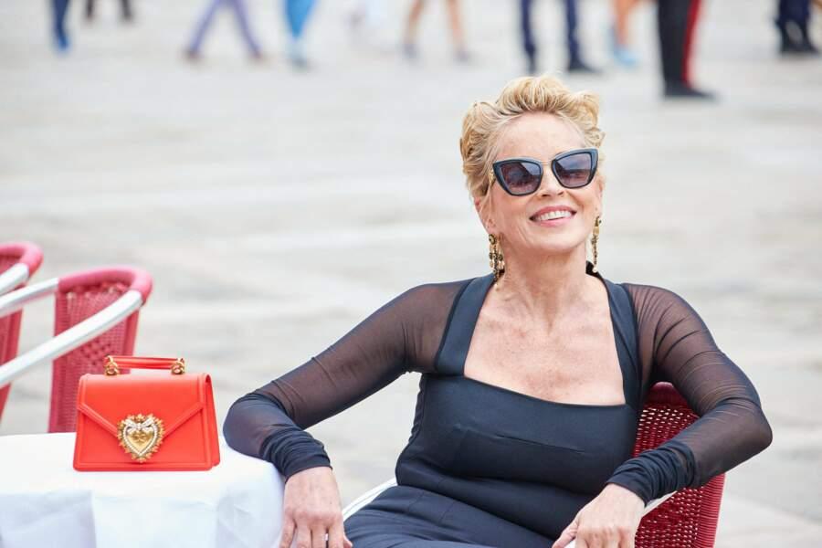 Lunettes de soleil oversize et blond doré pour Sharon Stone, le 27 août 2021.