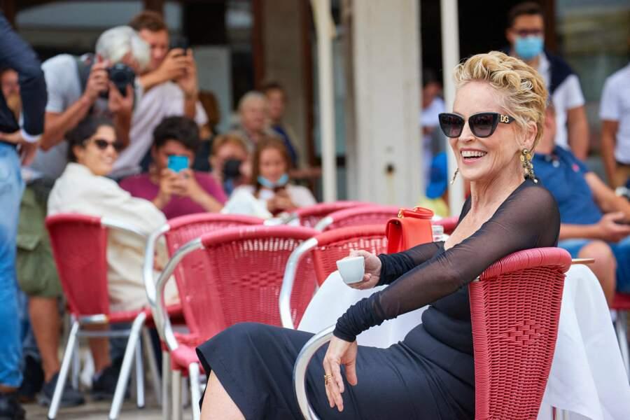 Toujours aussi glamour à 63 ans, Sharon Stone prend la pause pour une campagne de pub signée Dolce & Gabbana