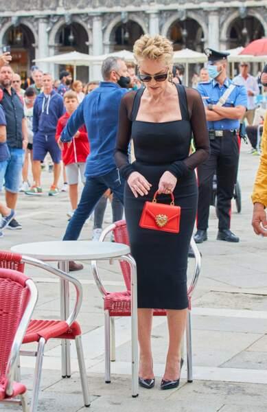 Sharon Stone et le nouveau sac à main star de Dolce & Gabbana