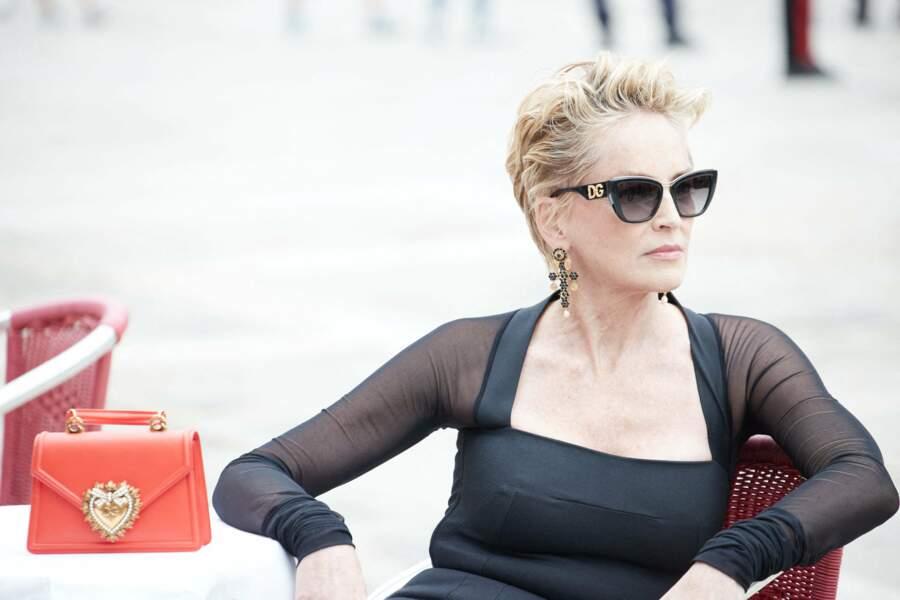 Diva attitude pour Sharon Stone lors d'une séance photo pour Dolce & Gabbana à Venise, Italie, le 27 août 2021.