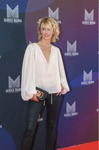 Sarah Mortensen en blouse transparente et slim en cuir