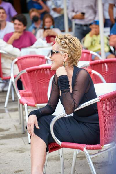 Lunettes de soleil, boucles d'oreilles oversize et un look de star pour Sharon Stone