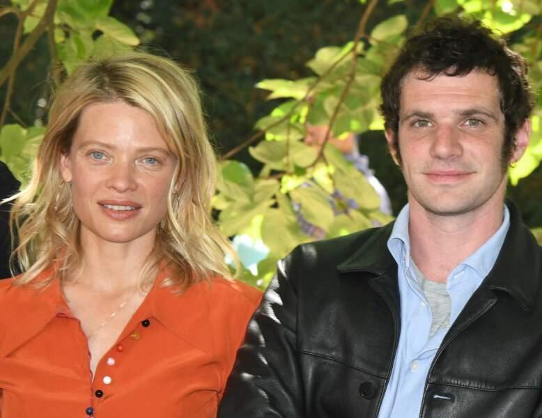 Mélanie Thierry et Félix Moati posent tout sourire pour les photographes.