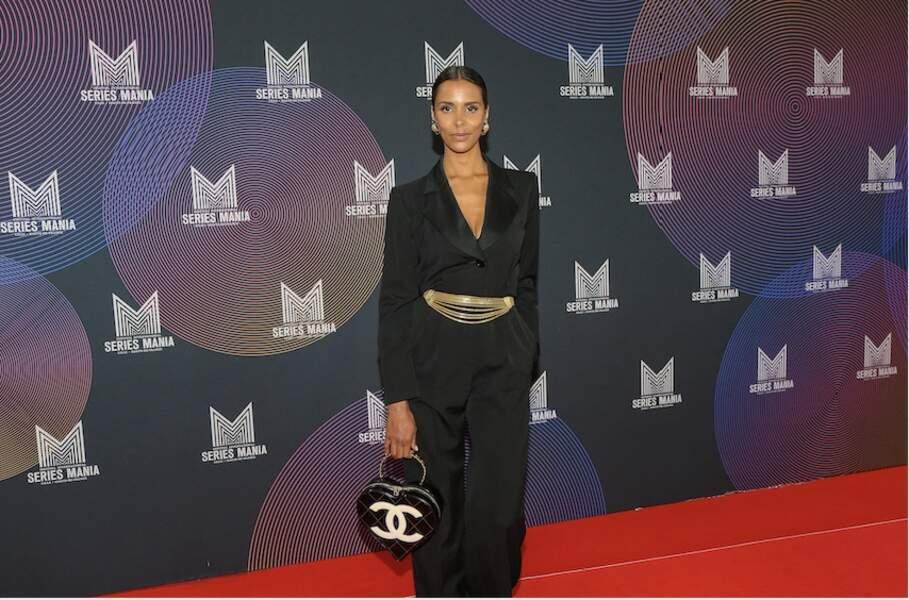 Shy'm fashionista : une ceinture dorée, un sac Chanel vintage, des boucles d'oreilles ethniques et une paire d'escarpins noirs