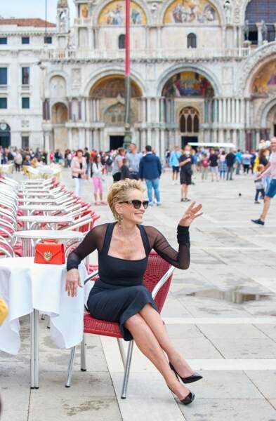 Sharon Stone, glamour et décontractée pour Dolce & Gabbana