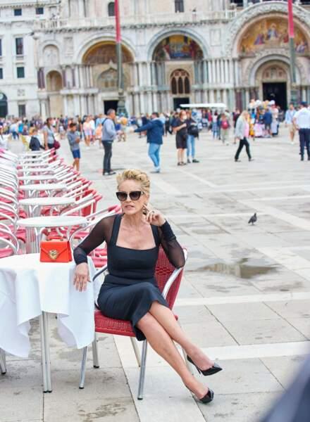 Sharon Stone ultra glamour en robe moulante, lunettes de soleil et cheveux blonds méchés pour Dolce & Gabbana