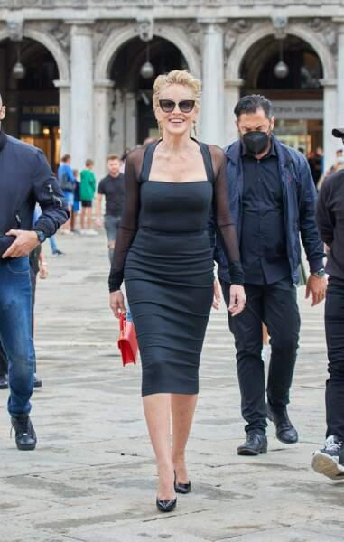 Sharon Stone sublime en jupe crayon et lunettes de soleil xxl pour Dolce & Gabbana
