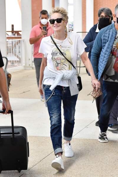 Sharon Stone opté pour un jean bleu brut avec un ourlet et des chaînes suspendues, le 28 août