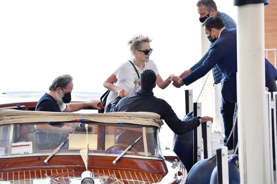 Sharon Stone avec ses gardes du corps à son arrivée à Venise, ce 28 août