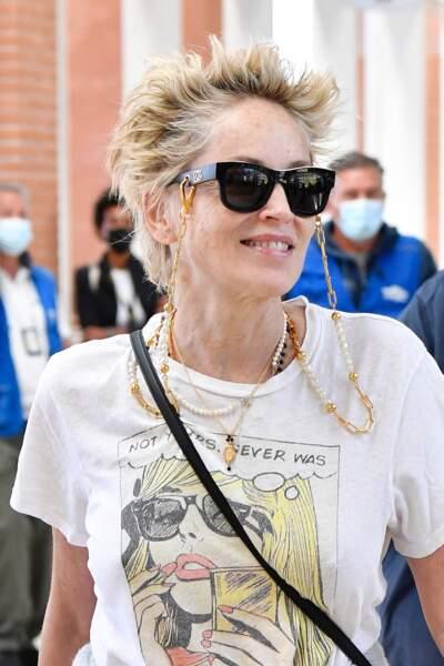Sharon Stone a opté pour une accumulation de colliers autour de son cou et des lunettes XXL