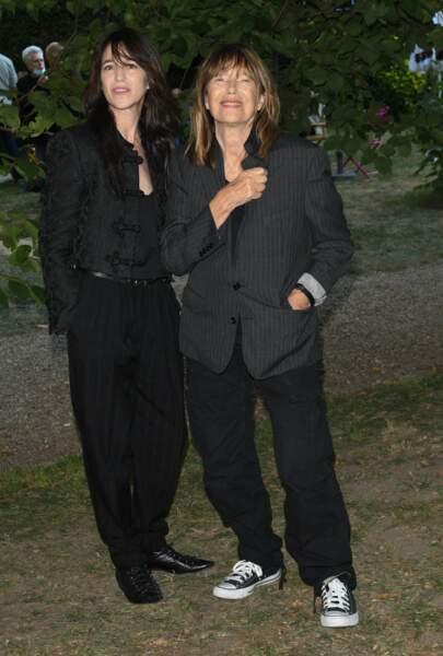 Charlotte Gainsbourg et Jane Birkin ont participé au photocall du Festival du Film Francophone d'Angoulême dans des looks similaires avec une allure masculine