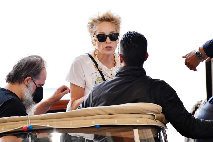 Sharon Stone arrive à l'événement en bateau, le 28 août