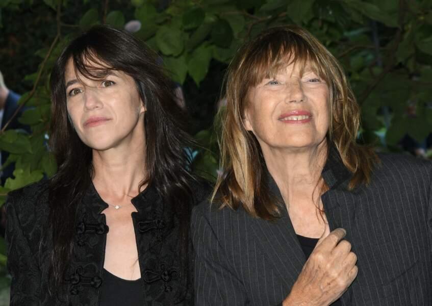 Charlotte Gainsbourg complice avec sa mère lors du photocall au Festival du Film Francophone d'Angoulême le 27 août