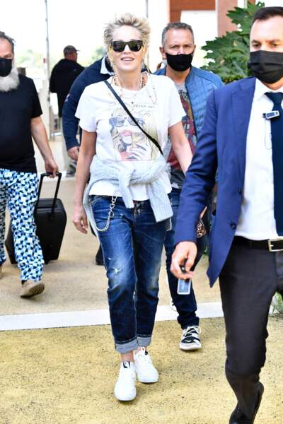Un look décontracté et rock pour Sharon Stone lors de son arrivée à Venise, le 28 août