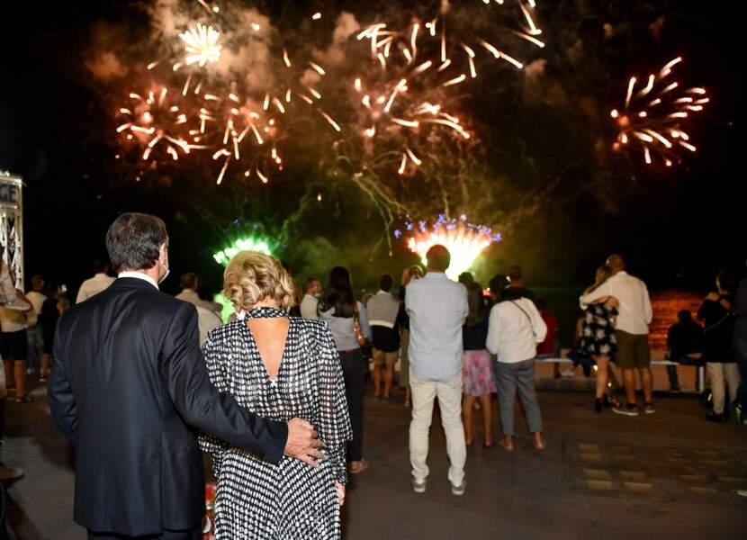 Christian Estrosi et sa femme Laura Tenoudji observant un feu d'artifice tiré à Nice