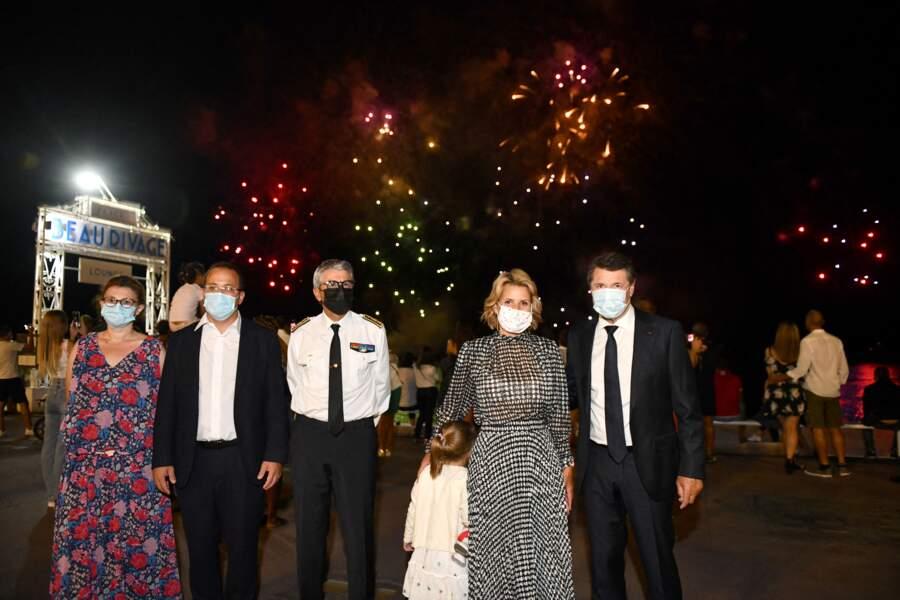 Christian Estrosi et sa femme Laura Tenoudji  entourés d'officiels durant un feu d'artifice à Nice