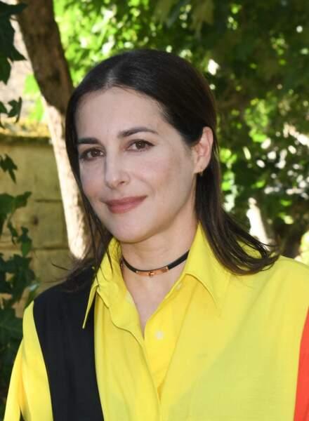 La demi queue de cheval d'Amira Casar
