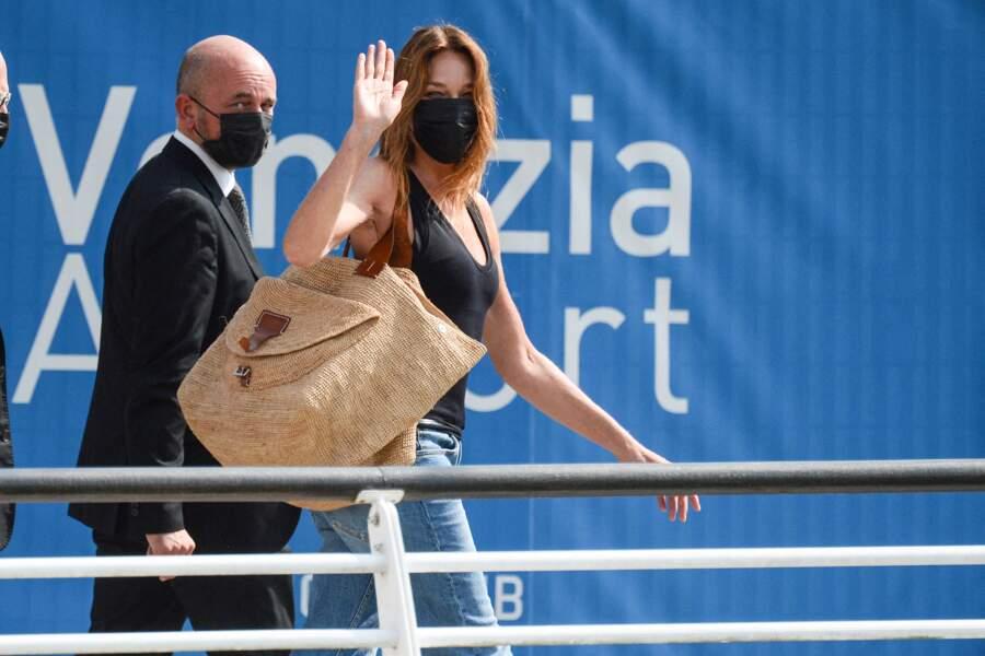 Carla Bruni-Sarkozy fait une arrivée remarquée à Venise la veille de la Mostra, le 31 août 2021.