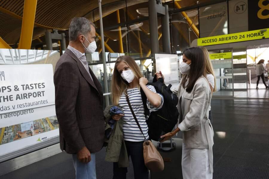 Leonor d'Espagne a été émue au moment de dire au revoir à ses parents, le roi Felipe VI et la reine Letizia, à l'aéroport de Madrid, le 30 août 2021