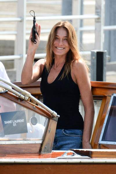 Carla Bruni-Sarkozy tout sourire avec ses cheveux longs couleur miel et son visage sans maquillage, le 31 août 2021.