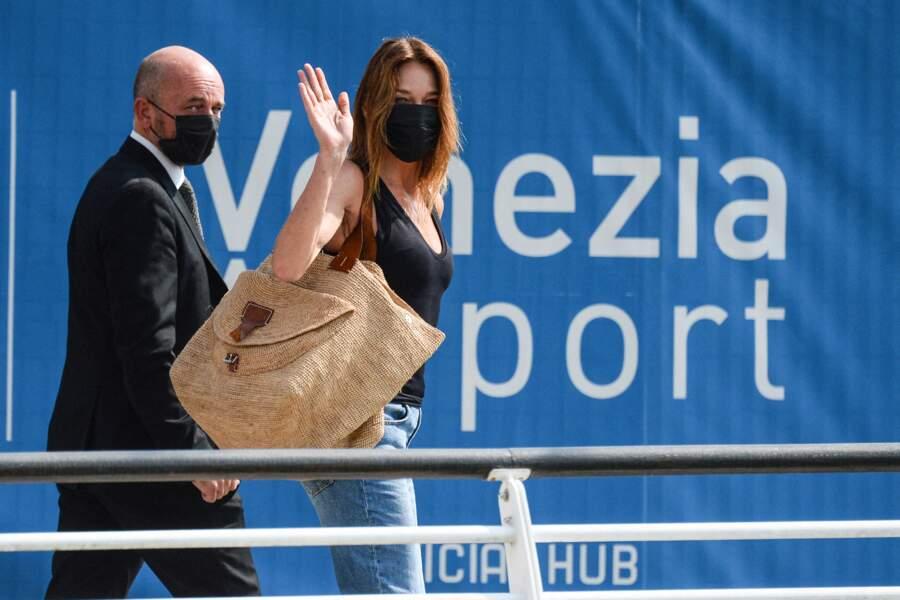 Carla Bruni-Sarkozy arrive à Venise masquée mais décontractée en jean, baskets, débardeur et panier, le 31 août 2021.
