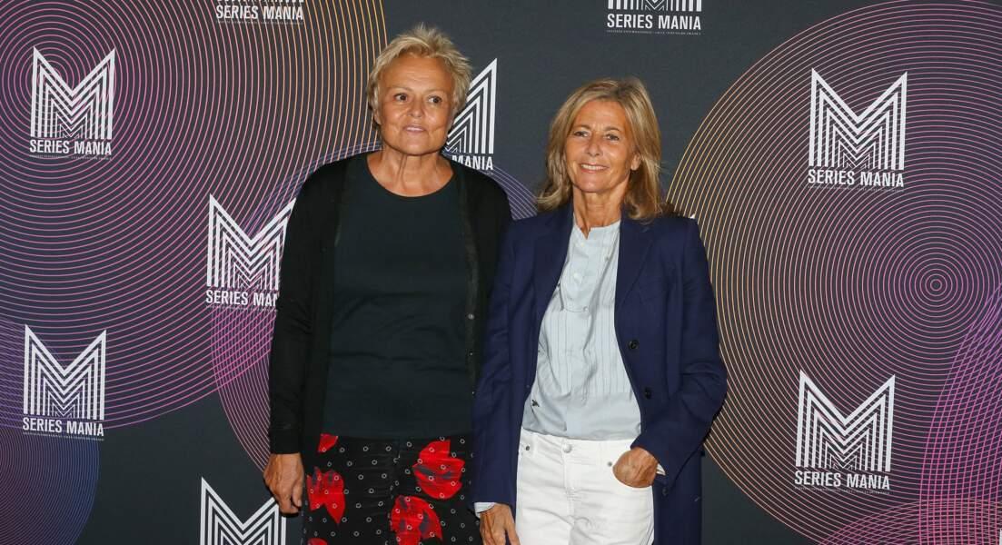 Claire Chazal et Muriel Robin posent ensemble au Festival Series Mania, avant d'entrer en salle de projection le 30 août 2021, à Lille.