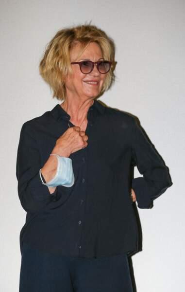 Miou-Miou en costume et lunettes de soleil au Festival Series Mania à Lille le 30 aout 2021.