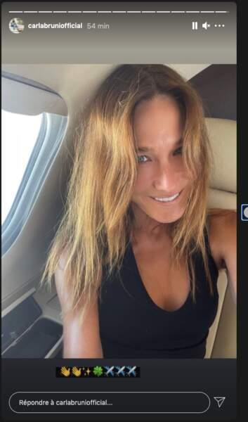 Cheveux éclaircis par le soleil, peau bronzée, zéro maquillage, Carla Bruni resplendit