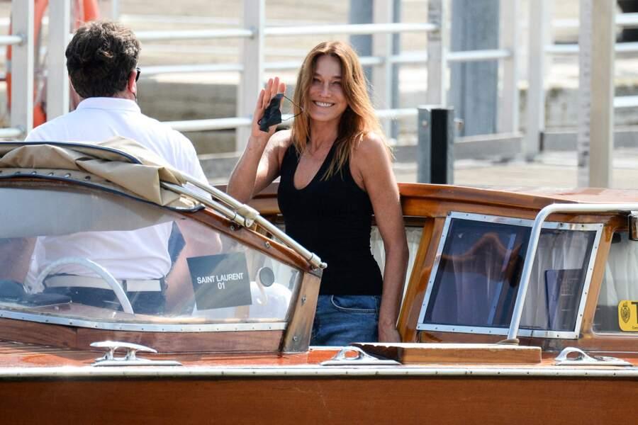 Maquillage très léger et cheveux naturels pour Carla Bruni-Sarkozy