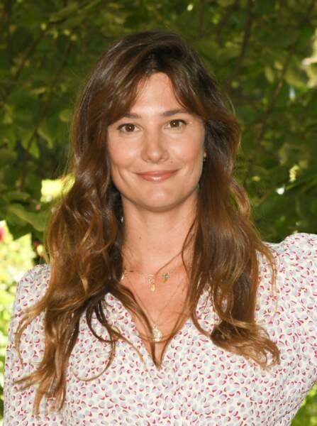 Alice Pol porte les cheveux très longs, légèrement ondulés et avec une frange, à Angoulême, le 27 août 2021.