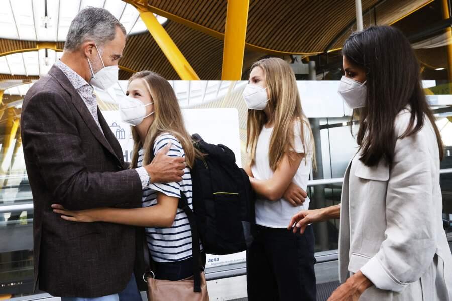 Le roi Felipe VI et la reine Letizia d'Espagne ont accompagné la princesse Leonor à l'aéroport de Madrid, avant qu'elle rejoigne l'UWC Atlantic College au Pays de Galles, le 30 août 2021