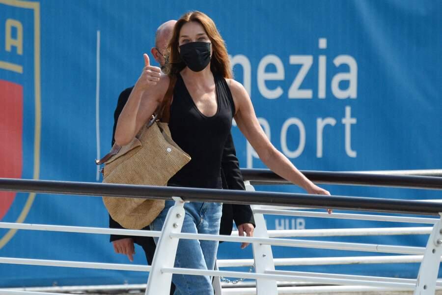le style casual chic de Carla Bruni : un jean, un débardeur noir et un grand cabas pour y déposer toutes ses affaires.