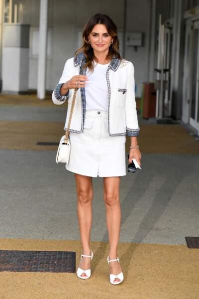 Penelope Cruz a misé sur un total look blook en blazer et jupe courte pour son arrivée à Venise