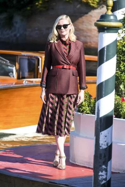 Kirsten Dunst en robe rayée et blazer ceinturé, le 1er septembre 2021