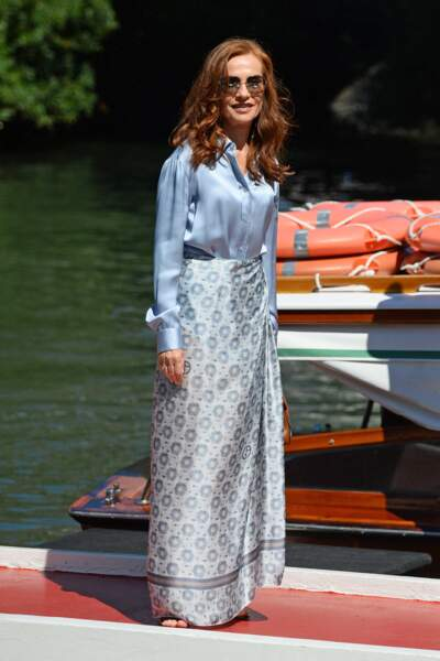 Isabelle Huppert chic en chemise et jupe en soie, le 1er septembre 2021.